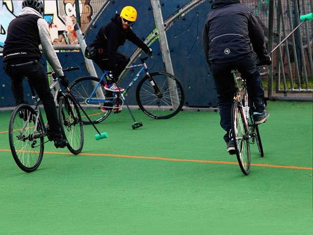 Sonntags im Knochenpark: Bike-Polo