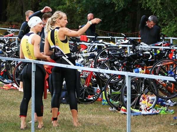 Lagebesprechung vor dem Rennen mit Teamkollegin Doreen