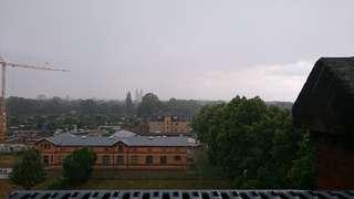 Domblick: Es regnet aus Kübeln