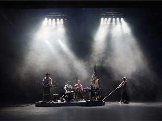 Theater-Magdeburg-»Die-Stadt-der-Fahrraddiebe«-UA-7.10.16-T.Hastenpflug,A.Köhli,C.Gebert,-P.-M.-Barucki,M.Ulbricht,S.Wirth_Foto-Nilz-Böhme.jpg