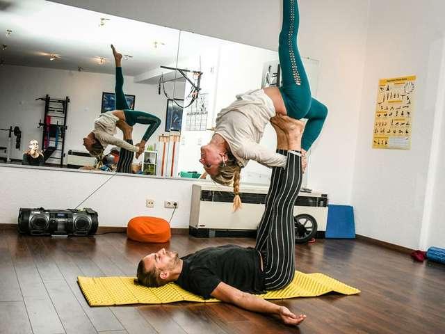 Mit Acro Yoga durch akrobatisch durch die Lüfte fliegen