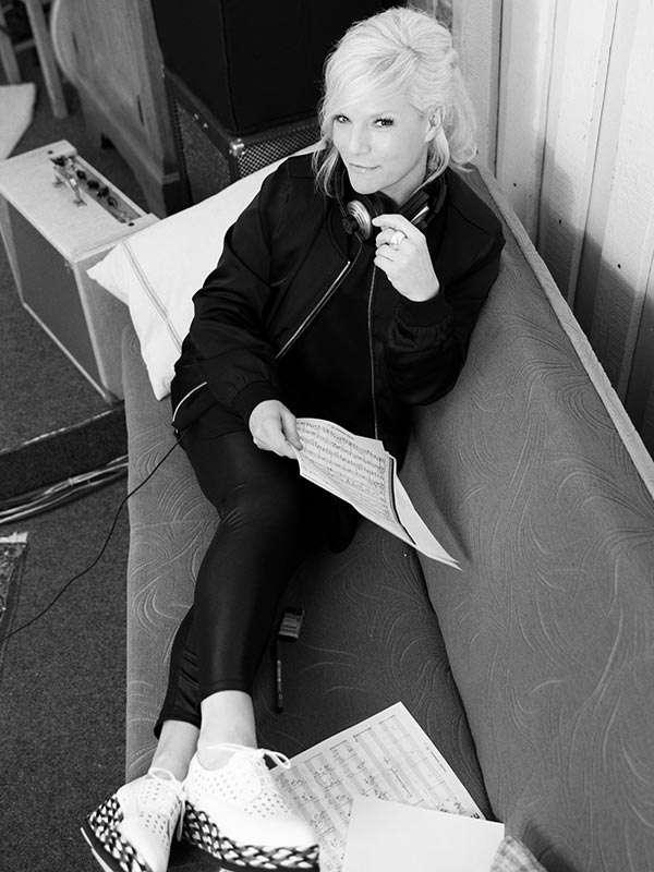 frech fr hlich musikalisch entertainerin ina m ller singt in magdeburg stadtmagazin dates. Black Bedroom Furniture Sets. Home Design Ideas
