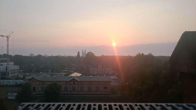 Domblick: Morgenrot Schönwetter droht