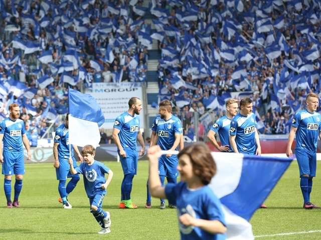 1. FC Magdeburg: Blauweißes Fahnenmeer