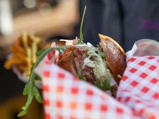 Streetfood Karawane: Spanferkel Burger