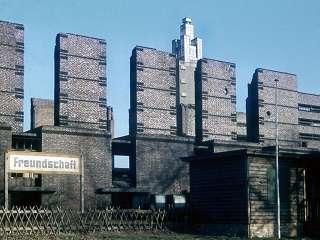 (048)-1957-03-Stadthallen-Ruine.jpg