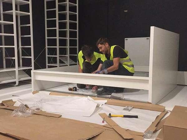 Die Ausstellungsstücke werden aufgebaut