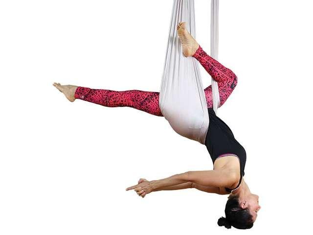 Ines Wedler beim Aerial Flow Yoga
