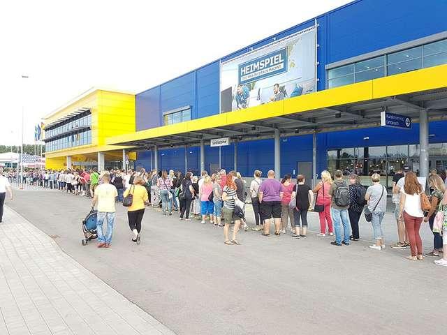 IKEA-Eröffnung - Menschenschlange vor dem Möbelhaus