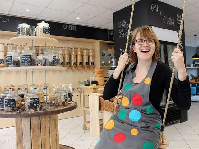 Frau Ernas loser Lebensmittelpunkt-Chefin Sarah Werner schaukelt im ersten eigenen Unverpackt-Laden