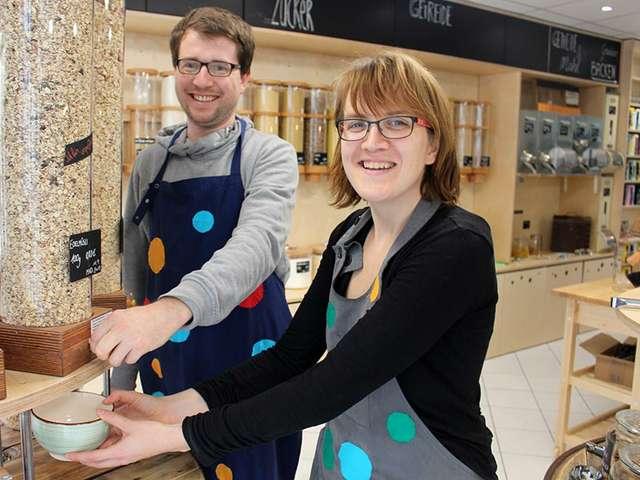 Sarah Werner und Mitarbeiter Fridtjof beim Portionieren der Ware