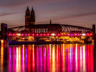 Hubbrücke mit Lichtinstallation