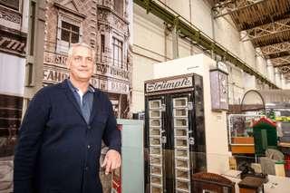 Ulf Steinforth vor Strumpfautomat