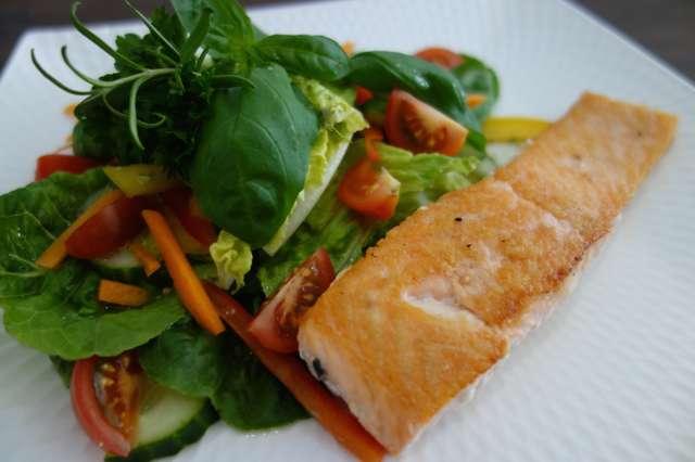 Sommerrezepte: Römersalat mit Lachsfilet