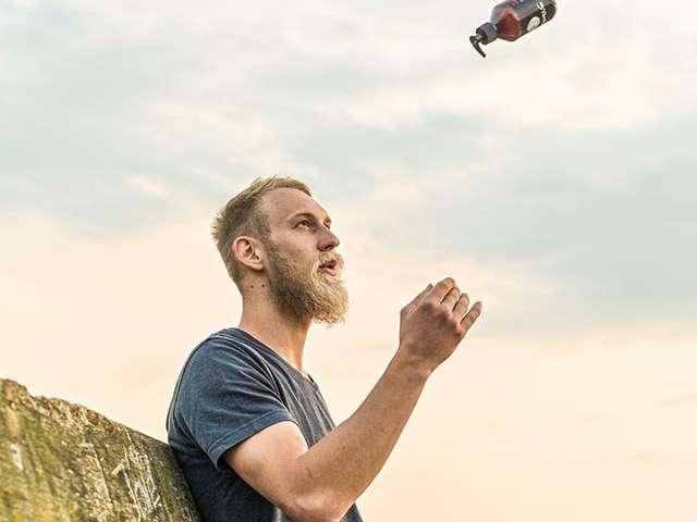 Matthias Musche mit eigenen Bartpflegeprodukten