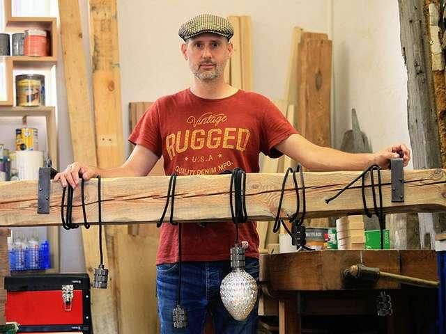 Björn Surmann mit einer in der Entstehung befindlichen Lampe