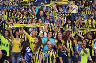 Weibliche Fans des Fußballclubs Fenerbahçe SK