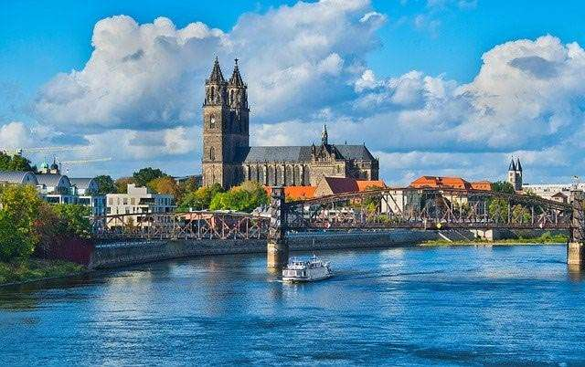 Elbe mit Magdeburger Dom und Hubbrücke
