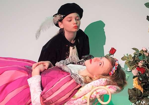 Dornröschen ausgeschlafen Prinz Kuss.jpg