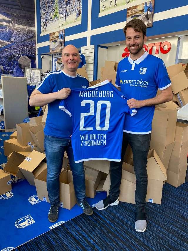 """Christian Beck und FCM Total - Fanladen-Inhaber Andreas mit dem """"Blau Weiss - Wir halten zusammen 2020""""-Trikot"""