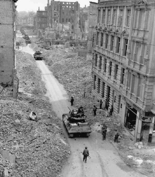 Amerikanische Truppen der 9. US-Armee in der Kepplerstraße