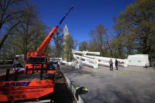 Aufbau des Riesenrads der Firma Boos im Stadtpark