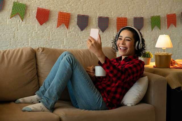 Musik gemütlich auf dem Sofa genießen