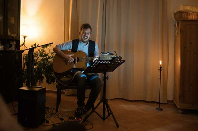 Musiker beim Wohnzimmerkonzert