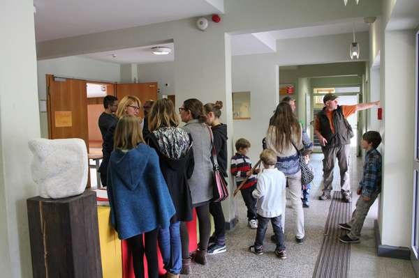 IMG_7395_Foyer im Hauptgebäude_Infostand.jpg